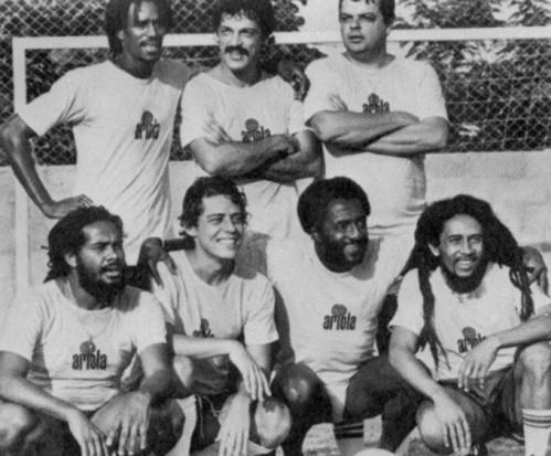 Em pé: Junior Marvin, Toquinho, João Luiz de Albuquerque; Agachado: Jacob Miller, Chico Buarque, Paulo César Caju e Bob Marley