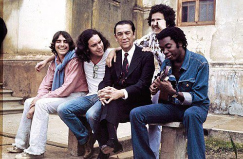 Juscelino Kubitschek sentado ao lado de Lô Borges, Fernando Brant, Márcio Borges e Milton Nascimento.
