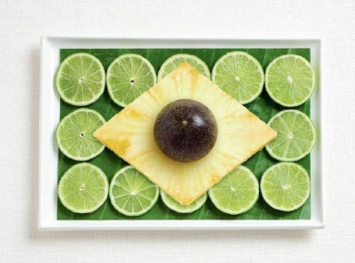 Bandeira do Brasil feita de folha de banana, limão, abacaxi e maracujá.