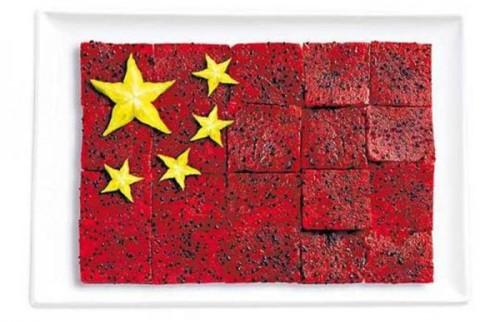 Bandeira da China feita de pitaya/fruta do dragão e carambola.