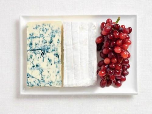 Bandeira da França feita de queijo azul, brie e uvas.