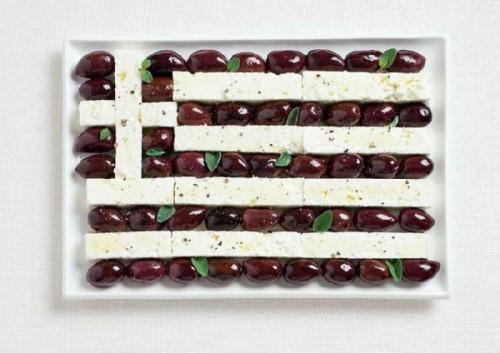 Bandeira da Grécia feita de azeitonas Kalamata e queijo feta.