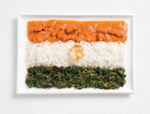 Bandeira da Índia feita de curry, arroz e bolacha papadum.