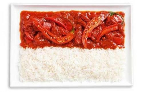 Bandeira da Indonésia feita de caril e arroz picante (Sambal).