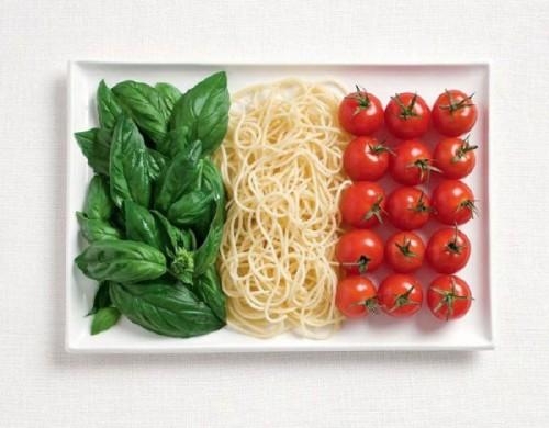 Bandeira da Itália feita de manjericão, macarrão e tomate.