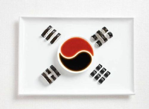 Bandeira da Coréia do Sul feita de Kimbap e molhos.