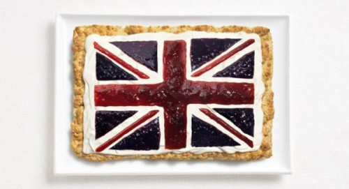 Bandeira do Reino Unido feita de bolinho, creme de leite e compotas.