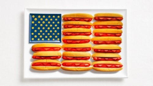 Bandeira dos Estados Unidos feita de cachorro-quente, ketchup e mostarda ou queijo.